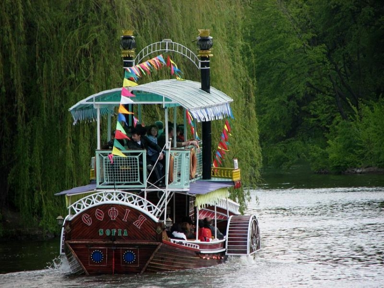taman-sofievka-perahu